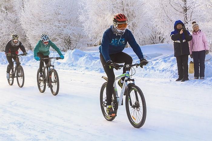 По снегу на велосипеде! Вот как сибиряки встречают Новый год!