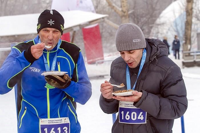 Четыре сотни сибиряков приняли участие в костюмированном Рождественском забеге на острове Татышев