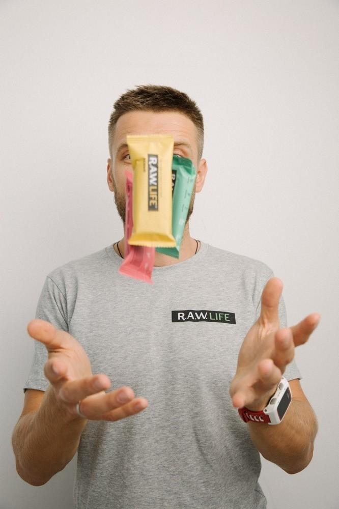 Создатели батончиков R.A.W.LIFE: «Мы искали полезный перекус для себе, не нашли — и сделали его сами»
